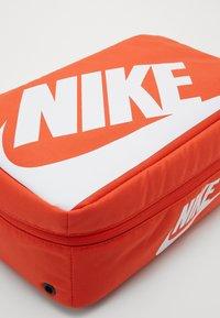 Nike Sportswear - SHOEBOX UNISEX - Sac de sport - orange/orange/white - 3