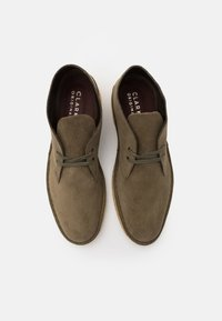 Clarks Originals - DESERT BOOT - Chaussures à lacets - light olive - 3