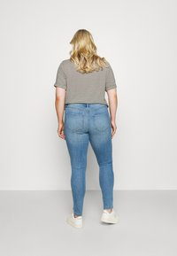ONLY Carmakoma - CARFLORIA LIFE - Jeans Skinny Fit - light blue denim - 2