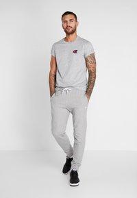 Champion - CREWNECK - Print T-shirt - grey - 1