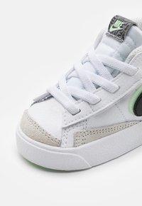 Nike Sportswear - BLAZER MID '77 - Höga sneakers - white/black/vapor green/smoke grey - 5