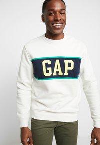 GAP - V-MINI CREW - Sweatshirt - carls stone - 3