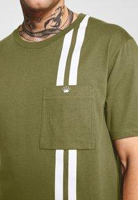 Junk De Luxe - CONTRAST STRIPE TEE - T-shirt print - army - 5