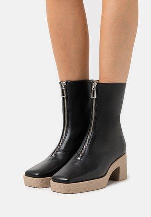 EILEEN PLATFORM BOOT - Platform ankle boots - black/taup