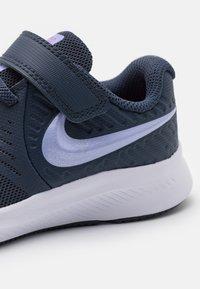 Nike Performance - STAR RUNNER 2 UNISEX - Juoksukenkä/neutraalit - thunder blue/purple pulse/fireberry/white - 5