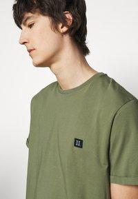 Les Deux - PIECE - Basic T-shirt - dark green/sand - 4