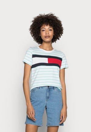 REGULAR FIT FLAG - Print T-shirt - aqua/white