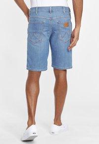 Wrangler - TEXAS FIT - Szorty jeansowe - blue - 2