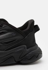 adidas Originals - OZWEEGO CELOX UNISEX - Sneakersy niskie - core black/grey five - 5