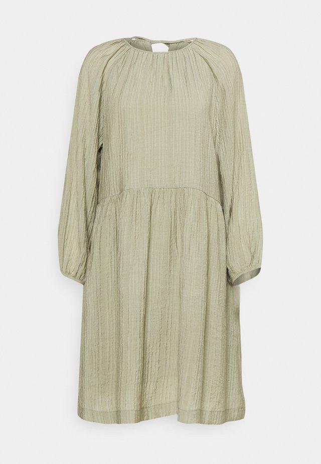 POLLY DRESS - Denní šaty -  covert green