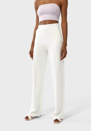GERADE GESCHNITTENE - Trousers - white