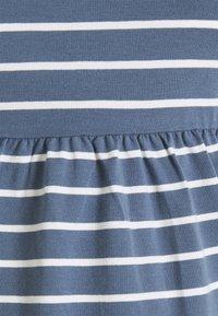 MAMALICIOUS - MLOTEA - T-shirt z nadrukiem - china blue/snow white - 2