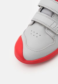 Nike Performance - PICO 5 UNISEX - Sportschoenen - light smoke grey/universe red/dark smoke grey/white - 5