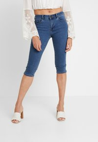 Vero Moda - VMHOT SEVEN SLIT KNICKER MIX - Denim shorts - medium blue denim - 0