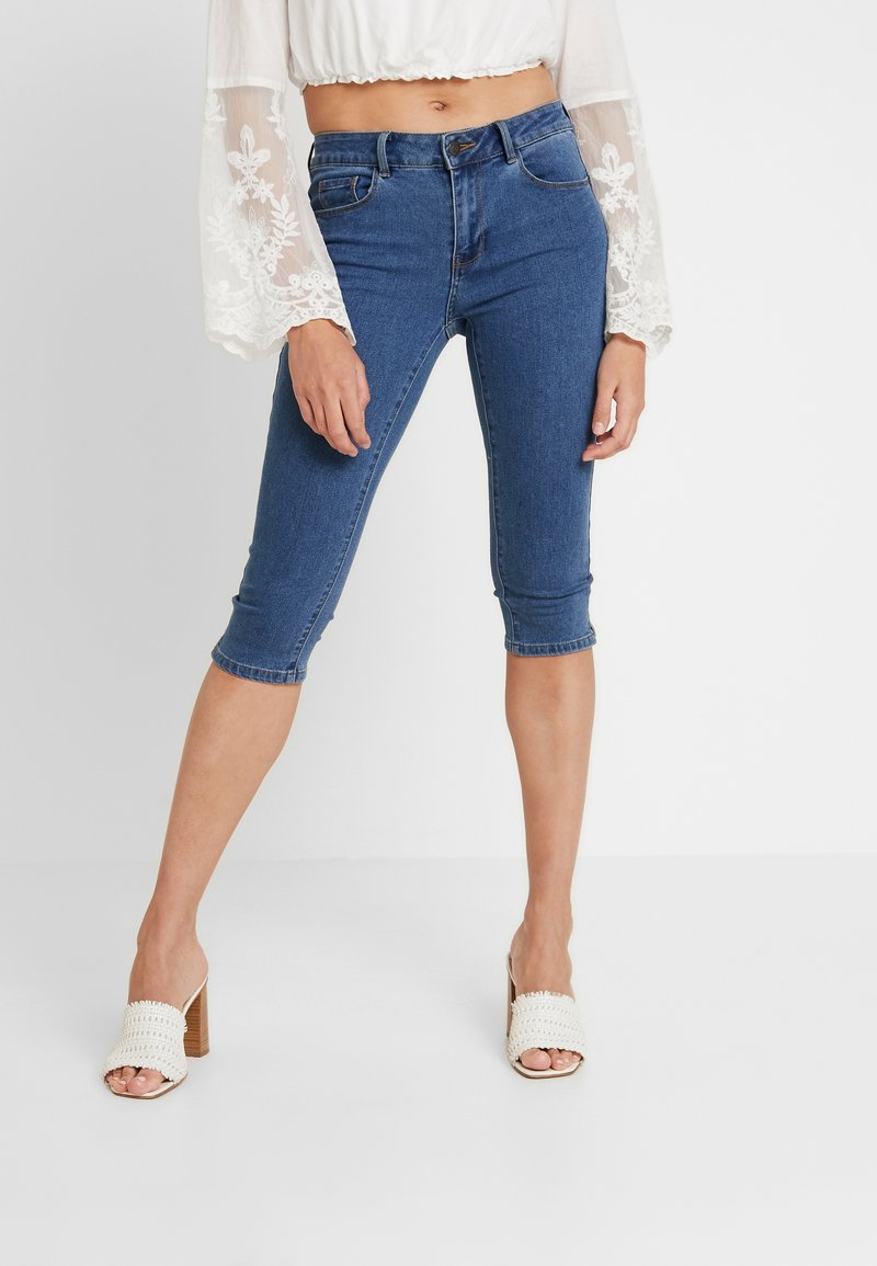 Vero Moda - VMHOT SEVEN SLIT KNICKER MIX - Denim shorts - medium blue denim