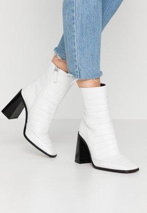 MILLENIAL BOOT - Kotníková obuv na vysokém podpatku - white