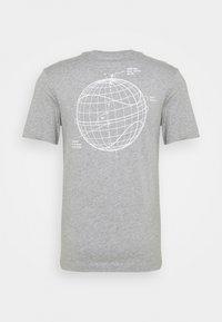 Nike Sportswear - T-shirt med print - grey heather - 6