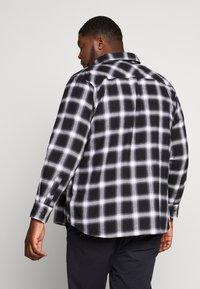 Urban Classics - OVERSIZED CHECK - Camicia - black/white - 2