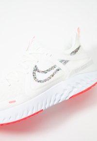 Nike Performance - LEGEND REACT 2 - Juoksukenkä/neutraalit - summit white/white/lava glow - 5