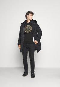 Glorious Gangsta - BOTTAGOHOODIE - Jersey con capucha - black - 1