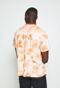 Kickers Classics - TWO TONE TEE - T-shirt z nadrukiem - orange - 2