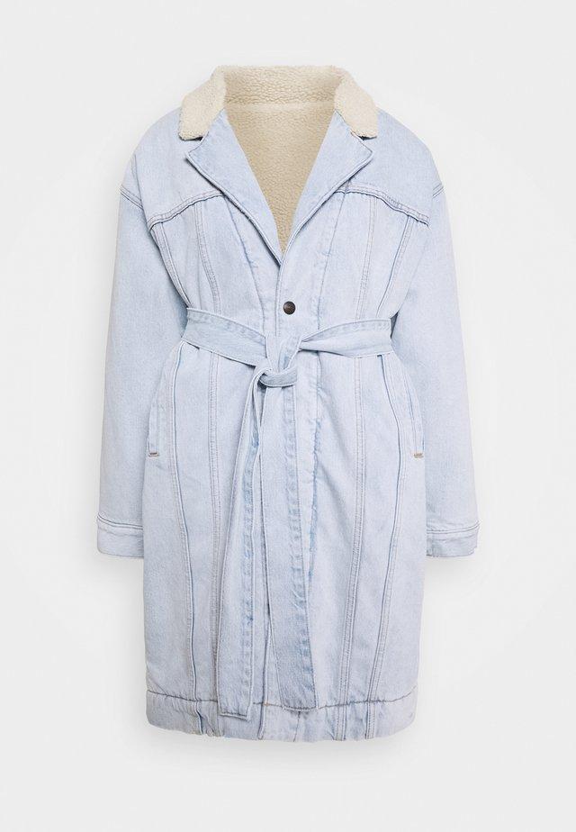 REVERSIBLE SHERPA COAT - Cappotto classico - light-blue denim/off-white