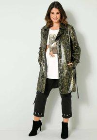 Sara Lindholm by HAPPYsize - Short coat - grün schwarz - 1