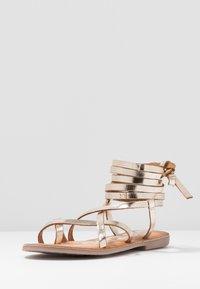Gioseppo - CLAVERACK - T-bar sandals - oro - 4