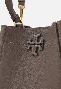 Tory Burch - MCGRAW SMALL BUCKET BAG - Handbag - silver maple - 4
