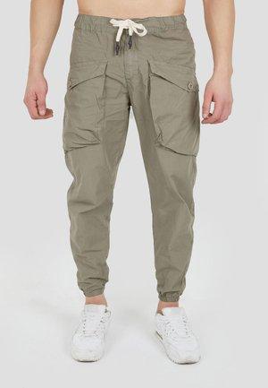 MIT AUFGESETZTEN TASCHEN - Cargo trousers - beige