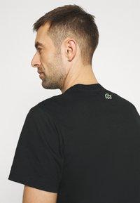 Lacoste - T-shirt z nadrukiem - noir - 5