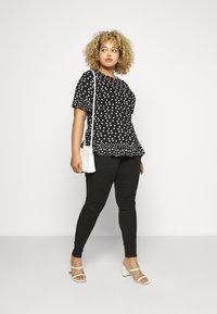 Simply Be - SPOT RUFFLE - Print T-shirt - mono - 1