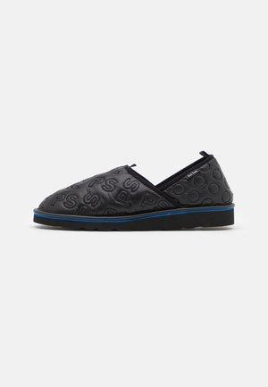 PETZEL - Domácí obuv - black