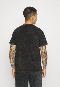 Mennace - ROSEBOWL BANDANA REGULAR - Print T-shirt - black - 2