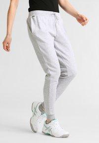 Lacoste Sport - LOESCHLISTE - WOMEN TENNIS TROUSERS - Pantalon de survêtement - silver chine - 0