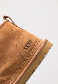UGG - NEUMEL - Sznurowane obuwie sportowe - chestnut - 5