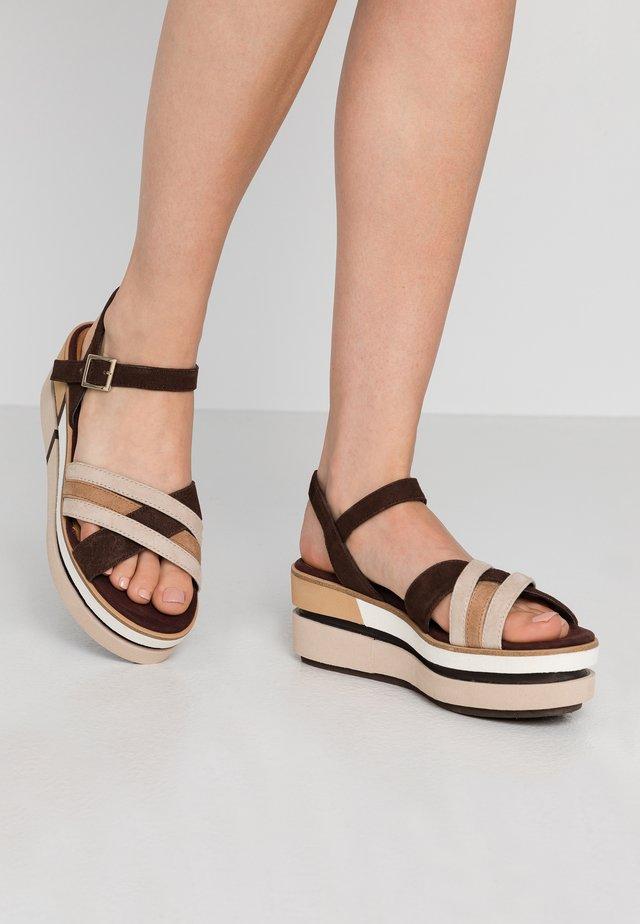 Sandalias con plataforma - cafe comb