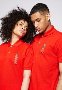 Lacoste - POLAROID UNISEX - Polo shirt - corrida - 4
