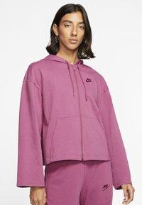 Nike Sportswear - MIT DURCHGEHENDEM REISSVERSCHLUSS - Felpa aperta - mulberry rose/villain red - 0