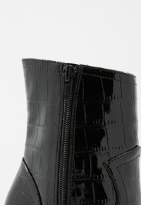 Missguided - FEATURE SHINY WESTERN BOOT - High heeled ankle boots - black - 2