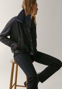 Massimo Dutti - MIT HOHEM BUND  - Jean slim - black - 6