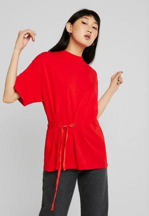 DISEM LOOSE - T-shirts med print - acid red