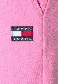 Tommy Jeans - RELAXED BADGE - Pantalon de survêtement - pink daisy - 6