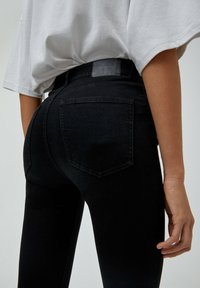 PULL&BEAR - MIT HOHEM BUND - Jeans Skinny Fit - mottled black - 4