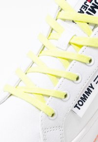 Tommy Jeans - NEW ROXY 2D - Trainers - white/blush red/melon orange - 2