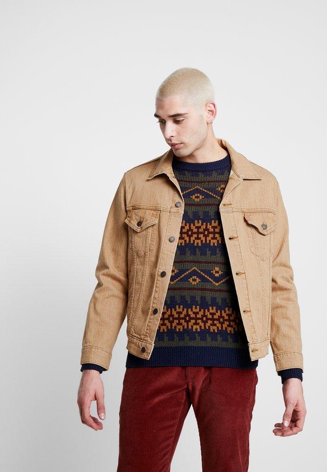 VINTAGE FIT TRUCKER UNISEX - Denim jacket - desert boots
