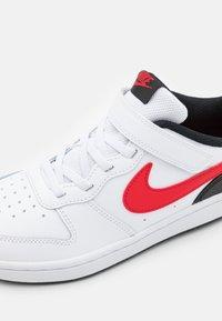 Nike Sportswear - COURT BOROUGH 2 UNISEX - Sneakers laag - white/university red/black - 5