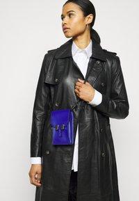 Maison Hēroïne - ROMY - Across body bag - royal blue grained - 1