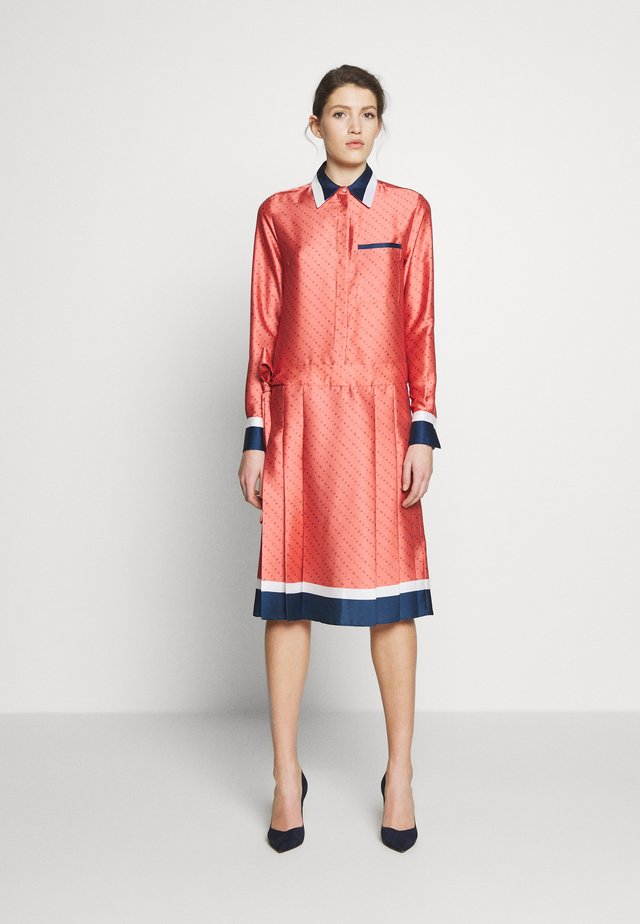 LOGO PLEATED SHIRT DRESS - Paitamekko - multi-coloured