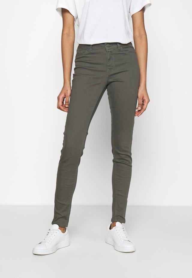 VMHOTSEVEN ZIP PANTS - Jeans Skinny - beluga